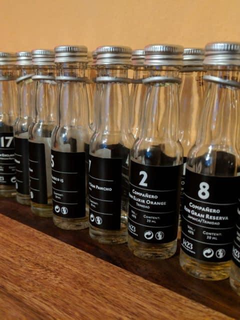 Prázdné skleničky rumového kalendáře