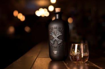 Rum Bumbu XO láhev a skleničky